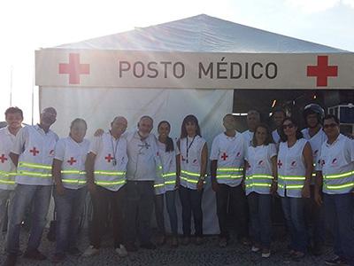 Equipe em frente ao posto médico montado pela PrestMed